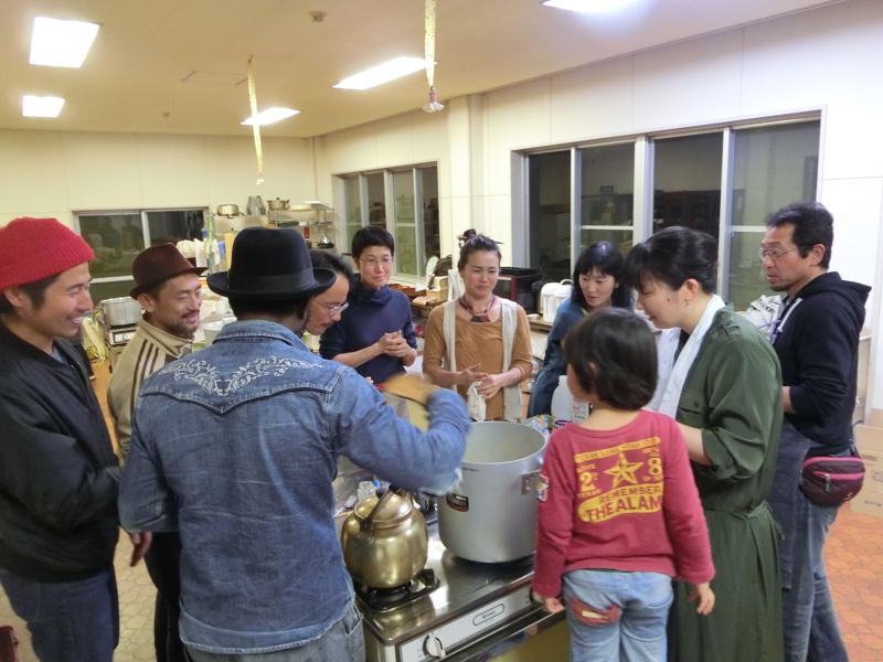 根岸さんのもとで農業研修を始めたミュージシャンの奈良大介さんがギニア人の友人を招いて開催したアフリカ料理教室の様子(左から2番目:奈良大介さん)