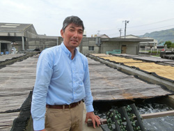 蓄養場を案内する長谷川繁男さん