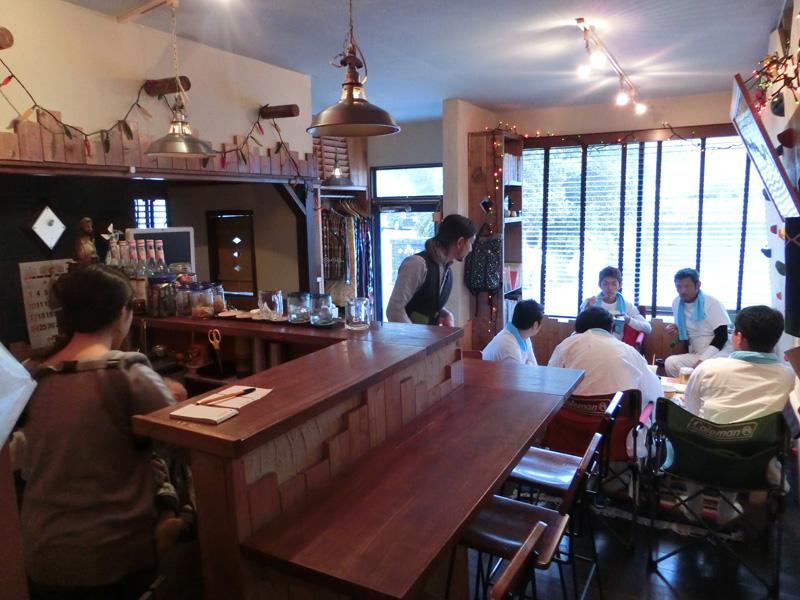 AWA Cafe店内 大神宮地区青年団が神輿を担いだ行事の後に訪れた