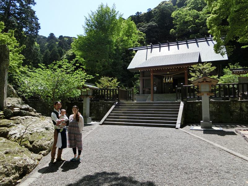 安房神社の本殿前にて妻志津子さん、昨年産まれた息子麻織君と共に