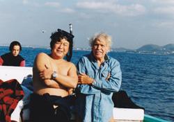ジャック・マイヨール氏(写真右)と館山の海にて