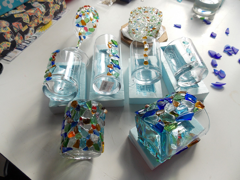 ビーチグラスで作った数々の作品 右上のランプシェードは、館山市の北条海岸沿いにも飾られている