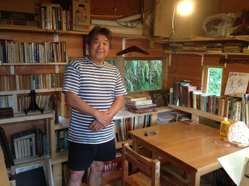 数年前に自作した小屋には、昨年亡くなった師匠大崎映晋氏の草稿や絵画など所有物が図らずも届けられ、いずれ記念館を建てる予定だ