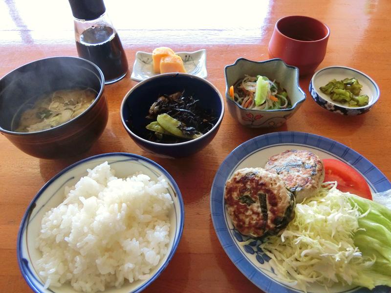 南房総の漁師料理「さんが焼き」を主菜に小鉢が2品と味噌汁がついて500円の定食