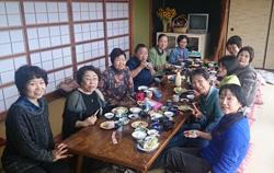 総会の場にオラーガを利用する西岬盆踊り同好会(写真左:室厚美さん)