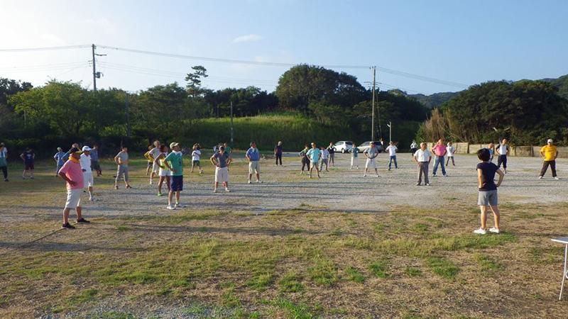 室さんの提案をきっかけとして約3年前から毎朝6:30に開催されているラジオ体操の様子(西岬健康クラブ)
