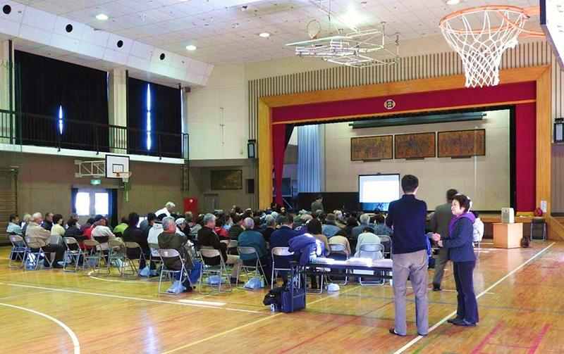 今年2月に日本大学理工学部轟教授を迎えて開催された西岬地区のバス勉強会には150人近い地域住民が集まった(写真右手前:室厚美さん)