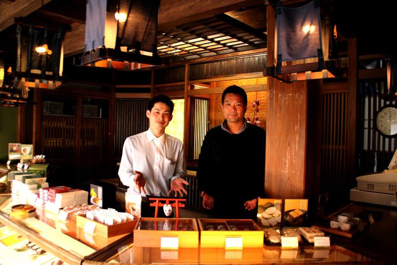 高校生と和菓子の接点をつくりたいと語る阿部さん(左)