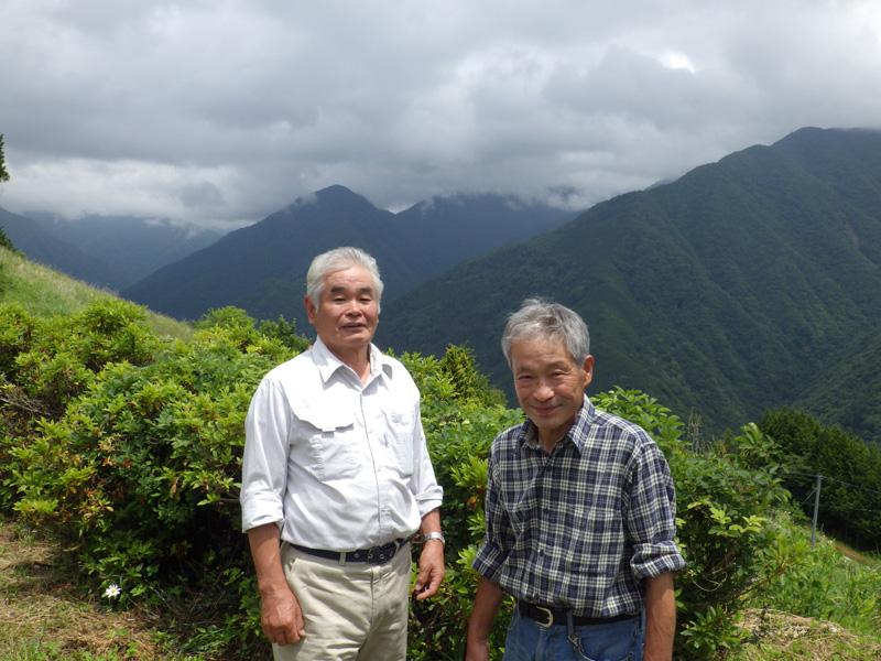 下栗里の会会長の野牧武さん(左)と特産部会長の野牧知利さん