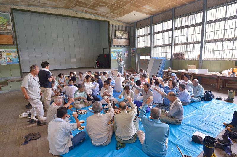 下栗の旧分校の体育館にて行われる地元住民と下栗ボランティアの農作業後の交流「ジンギスカンバーベキュー」