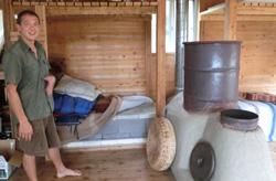 ロケットストーブの原理を利用した薪ストーブ ベッドの下を熱が通過する仕組みとなっている