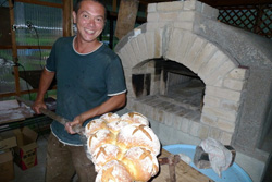 コスモス公園に制作した窯でパンを焼くフィルさん