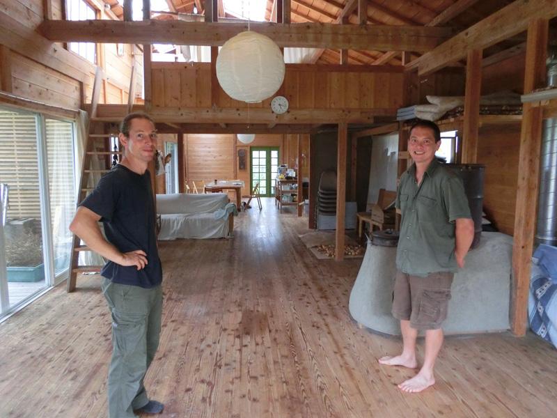 パーマカルチャー安房の屋内を案内するカイルさん(左)とフィルさん