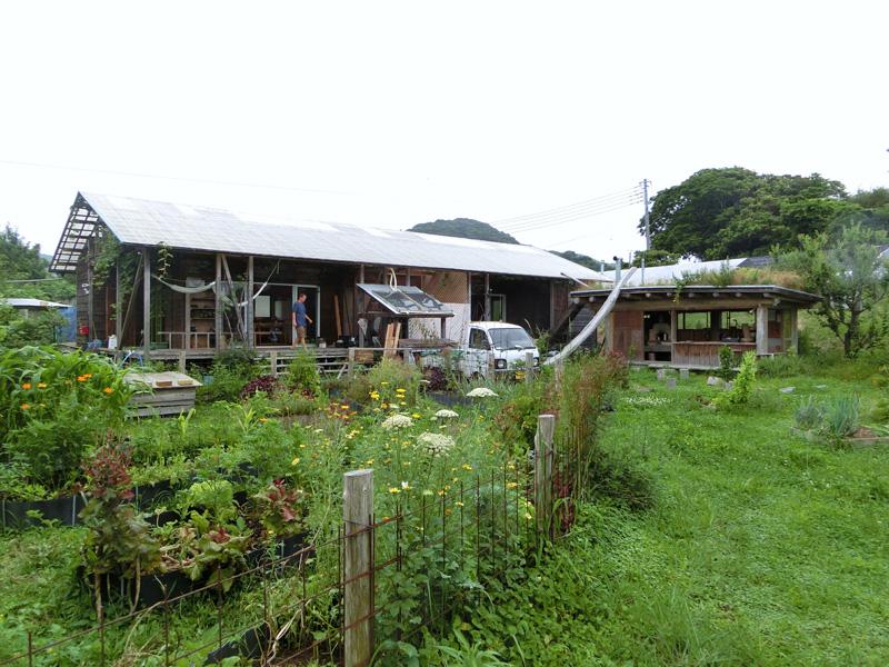 パーマカルチャー安房の外観 右に見える小屋の中に窯があり、屋根から木でできた滑り台が下りている