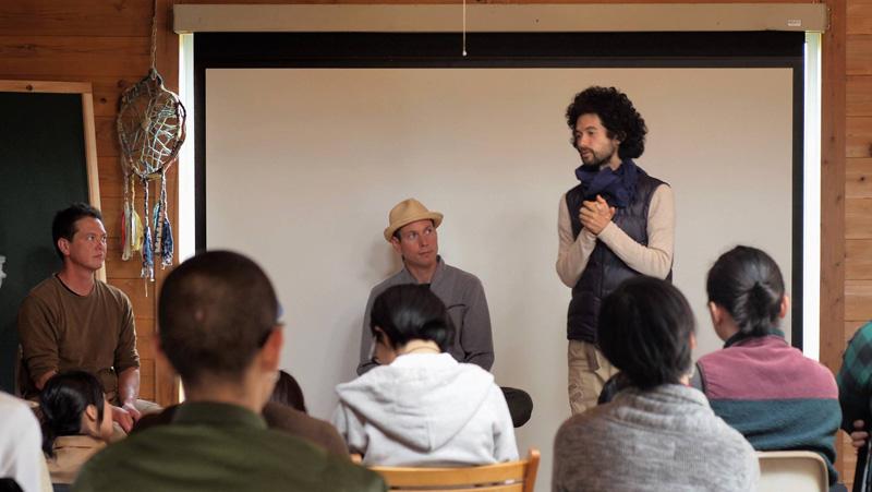 4月に開催されたパーマカルチャーデザインコースで概要を説明するソーヤー海さん