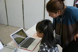 「名刺作りのお仕事」を小学生に教える平島裕子さん(右)