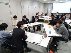 会議では一般市民も積極的に発言を行い、活発な議論がなされる