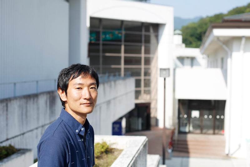 編集長、吉野和也さん。かつての避難所で一時期過ごした大槌町中央公民館の前で