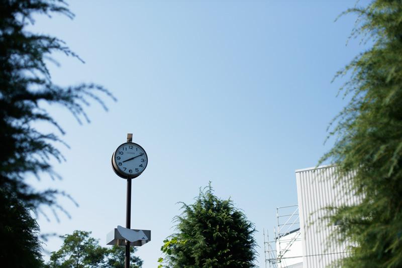 今までも、これからも。時を刻み続ける時計は青空に凛とたたずむ