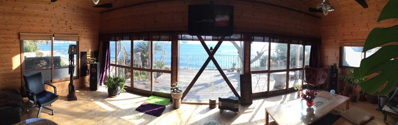 リノベーションを終えた後の自宅内装と外に見える太海海岸