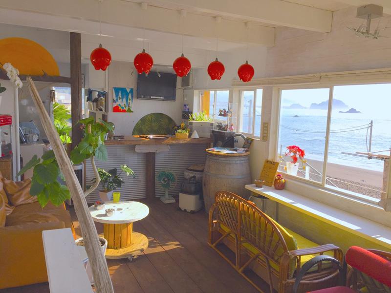 浜茶屋太海店内の様子 カウンター上にある赤いランプシェードが、居酒屋時代の面影を残している