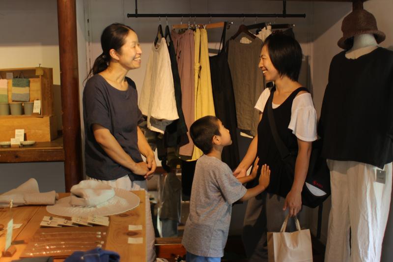 押入れを改修したスペースには、恵子さんや真美子さんがつくる服が並びます。