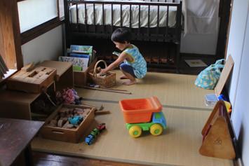 子育てが終わった友人が寄付してくれた絵本やメンバーが持ち寄った木のおもちゃ。