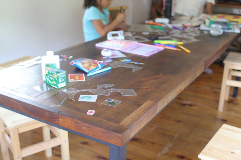 横溝創さん作のテーブル。桜などの材を継いで丁寧に仕上げてある。