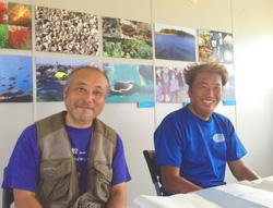 竹内聖一さん(左)とアマモの観測を担当している岡本正和さん(沖ノ島ダイビングサービスマリンスノー代表)
