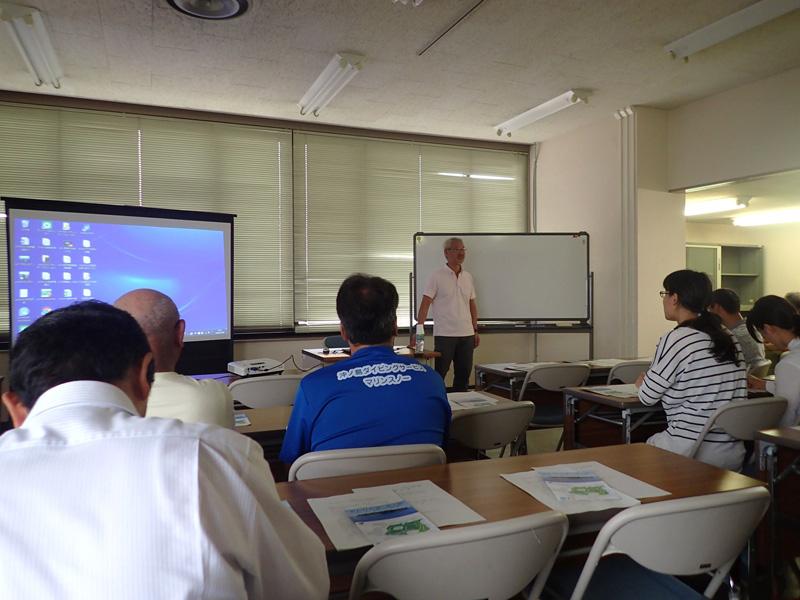 アマモについて学ぶ「沖ノ島について考える検討会議」の様子 講師は会のアドバイザーを務める海洋環境専門家の木村尚さん