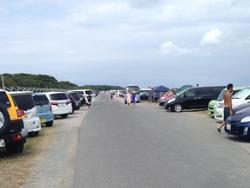 沖ノ島までの数キロに及ぶ道が車で埋め尽くされる