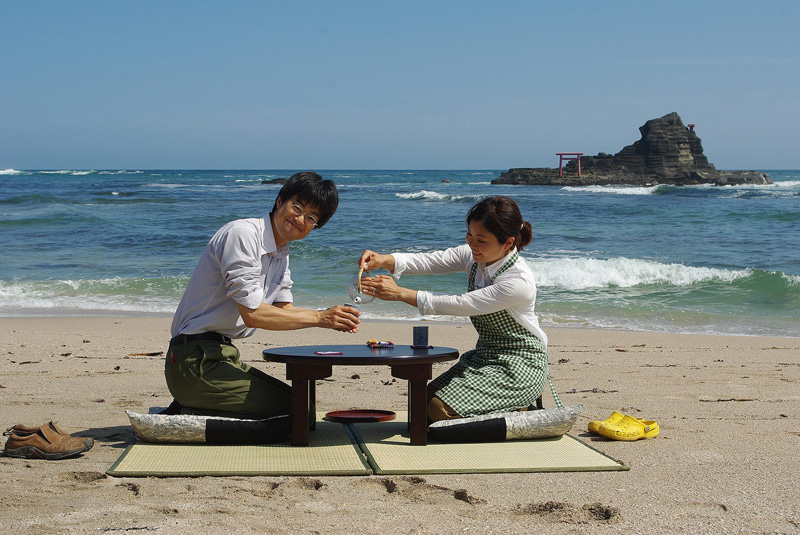 勝浦市守谷海岸沿いに民家を改装してオープンした「お茶の間ゲストハウス」のお茶の間で一服する沼尻さん