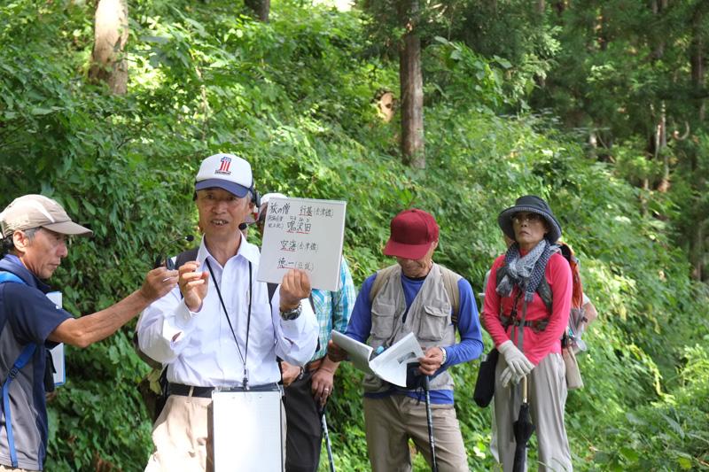 道中でツアーのガイドを担う田崎敬修先生。西会津町で会津街道の復活を支える中心人物である