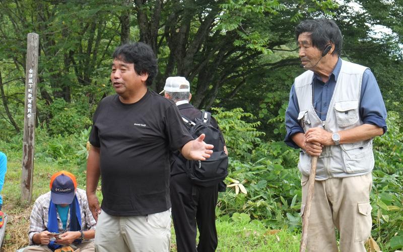 ツアーを担当する堀口一彦さん(左)が、会津坂下町歴史の第一人者・古川利意さん(右)を紹介する。束松峠にて