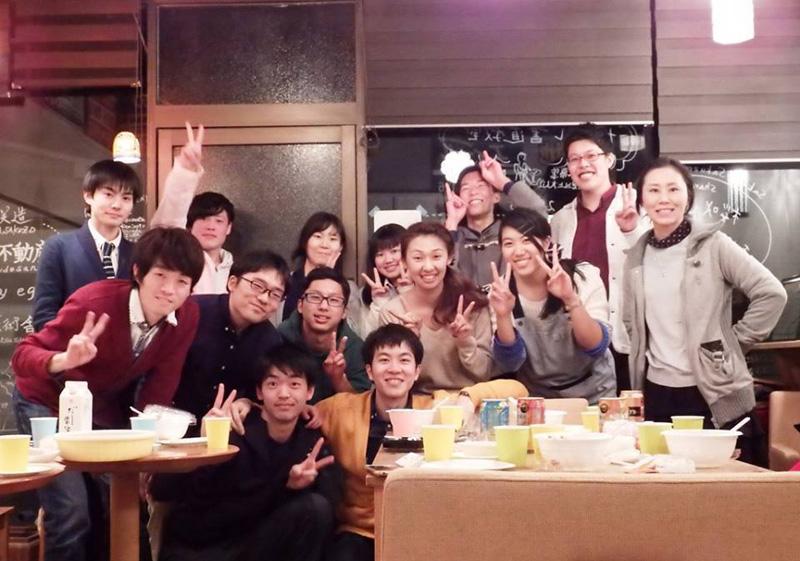 高校生、大学生、社会人が交流したオープン記念「南信州帰省イベント」。最前列左が鎌倉さん。右が関口真司さん