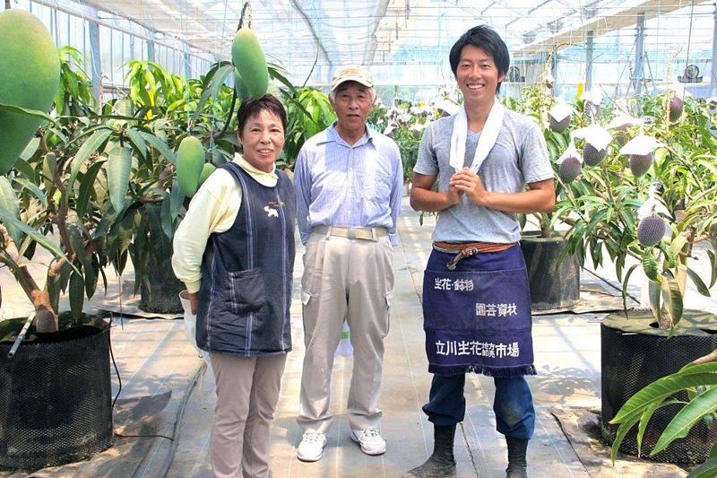 地域おこし協力隊として森宅農園で研修中の梁さんと森宅俊男さん(中央)