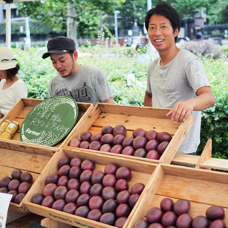 「ファーマーズマーケット」に出店する梁さん (写真提供:小林俊仁)