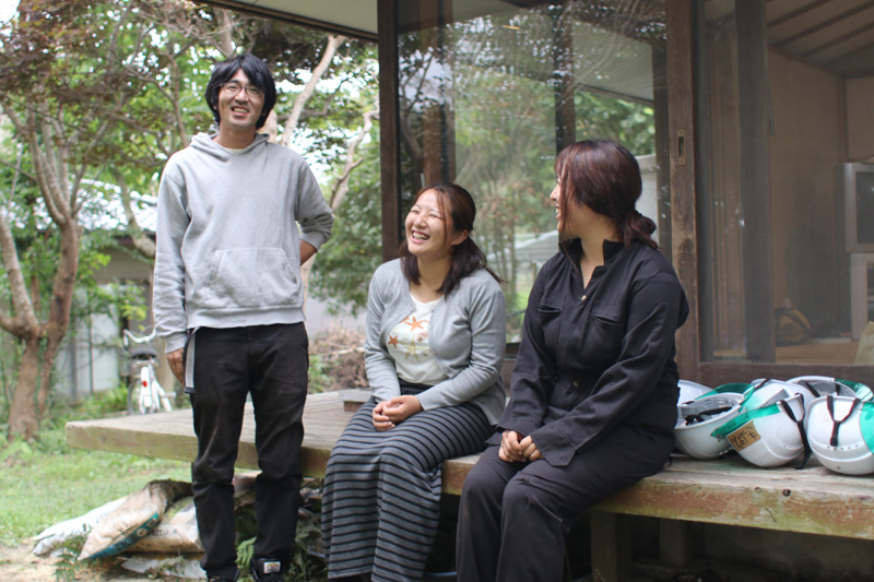 事務所の縁側で。代表理事の塚本さん(左)、事務局長の大木本さん(中)、3人目の常勤職員・神さん(右)。