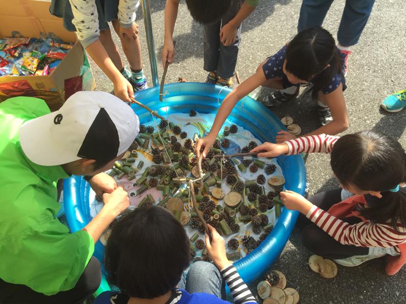 お祭りのブースでは、森の恵みを素材にした「木の実釣り」は子どもたちに人気です。(提供:トチギ環境未来基地)