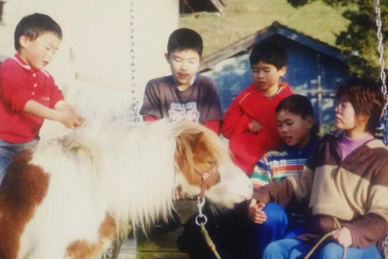 幼少期の家族写真。