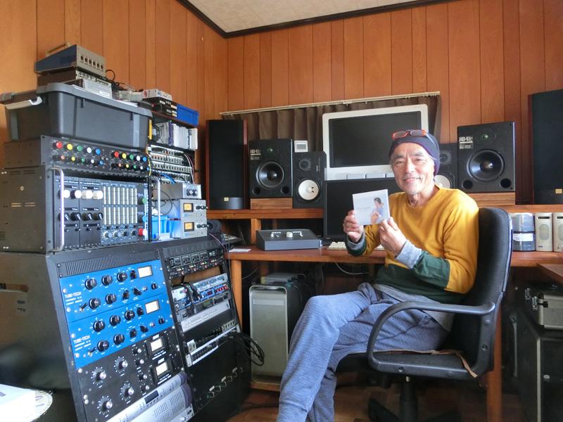 保田スタジオのミキシングブース内 2013年に保田の海岸線をイメージして制作した『Hamabe』を手にする千代さん
