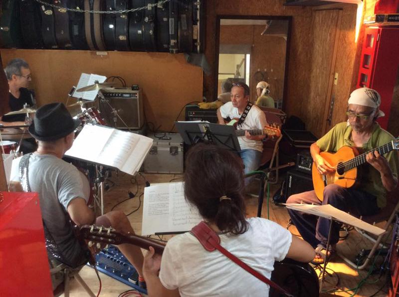 千代さんの参加するバンド「BOR」が保田スタジオでリハーサルしている一場面