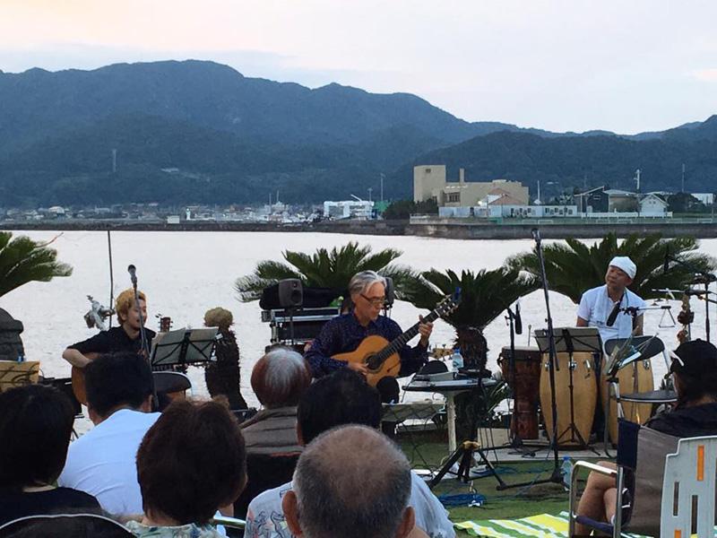 2016年7月に保田で開催した「浜辺ライブ」にて演奏中の千代さん   写真提供:曽根裕貴
