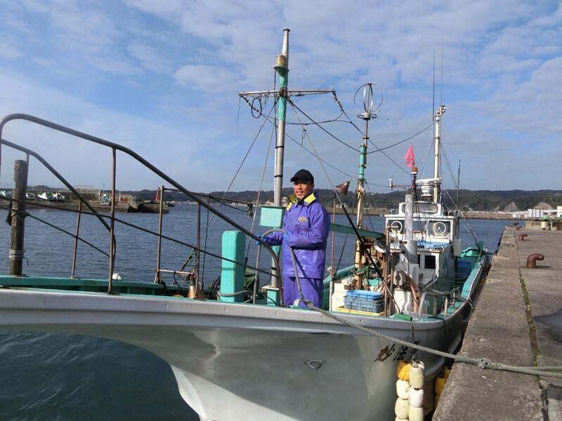 親方と2人で運営する漁船「妙法丸」 夜明け前に漁に出て9:30に漁港で水揚げが終わり、港に船をつける森川さん