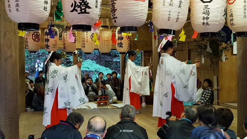 三嶋神社で奉納される津野山神楽