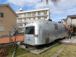 隣接地ではヴィンテージのエアストリームを設置した貸別荘StellarPlantも運営している