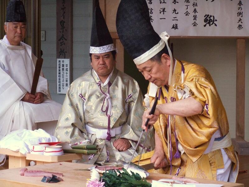 高家神社で年に三回執り行われる例大祭で奉納される儀式「庖丁式」の様子