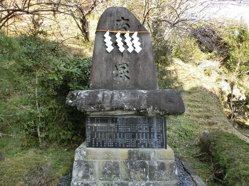 高家神社境内には「日本伝統庖技継承」と刻まれた「庖丁塚」があり、毎月の月次祭では庖丁供養祭が執り行われている