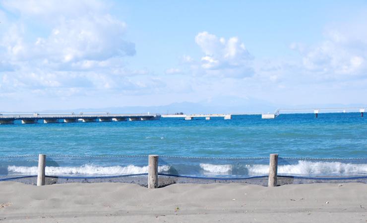 館山市の海岸からは海越しに富士山が見え、波穏やかな館山湾は鏡のように景色を映すことから別名「鏡ケ浦」とも呼ばれる