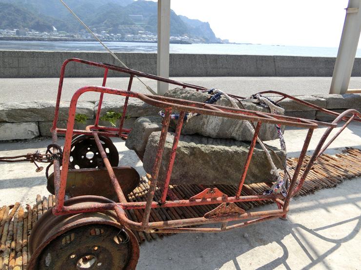 金谷の海の潤いと錆びのコントラストを表現したという作品  1本80kgする石を3本載せて運んだ女性達は「車力」と呼ばれた